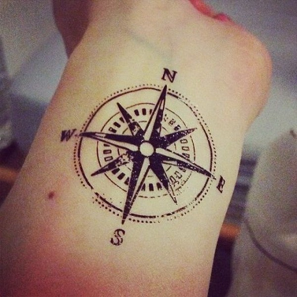 Diseño de tatuaje de la brújula en el antebrazo.