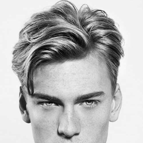 Peinados medianos para hombres con líneas rectas