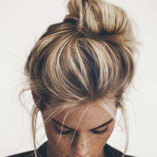 desordenado bollo rubio peinados
