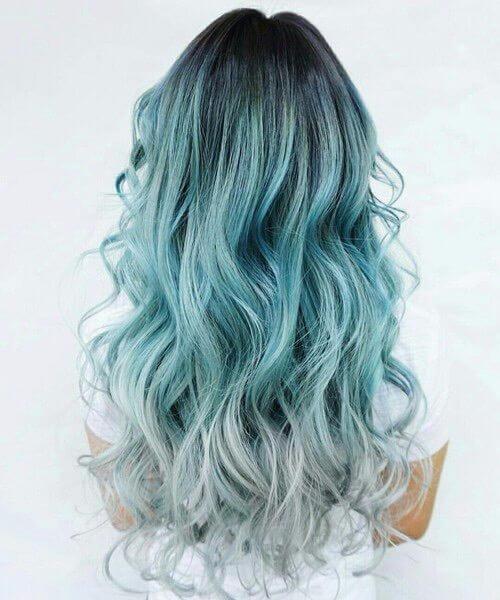 color de pelo gris y verde azulado