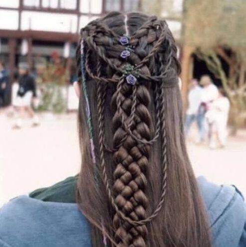 peinados de trenzas elvis para cabello largo
