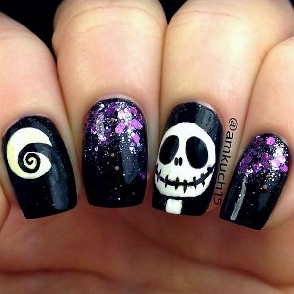 Skull Halloween Nail Art con un poco de lentejuelas púrpuras. Ideas de arte de uñas de Halloween.