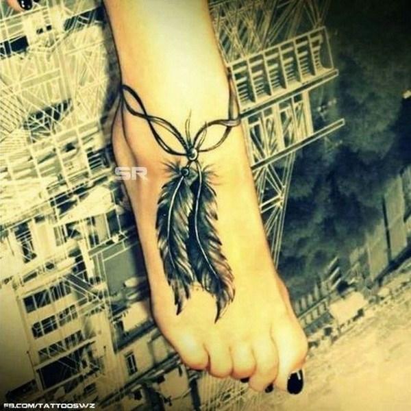 Tatuaje de tobillo pluma detallada.