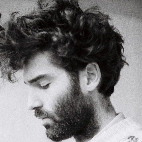 peinados rizados sueltos de longitud media para hombres