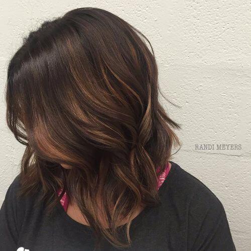 peinado bob con reflejos caramelo balayage en cabello castaño oscuro