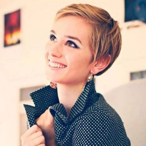 mujer joven rubia pixie cut
