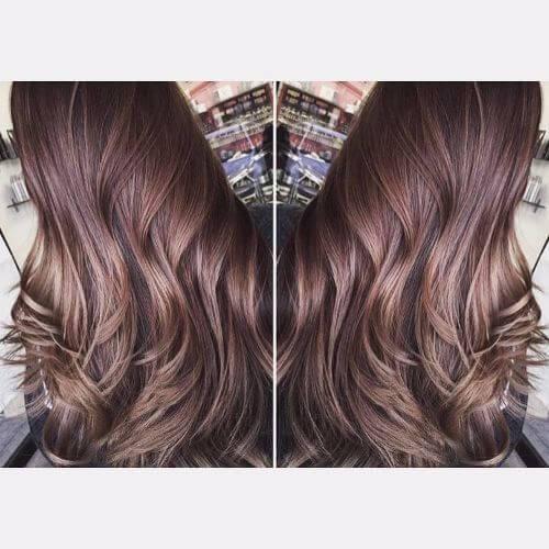 reflejos de caramelo en el pelo largo castaño