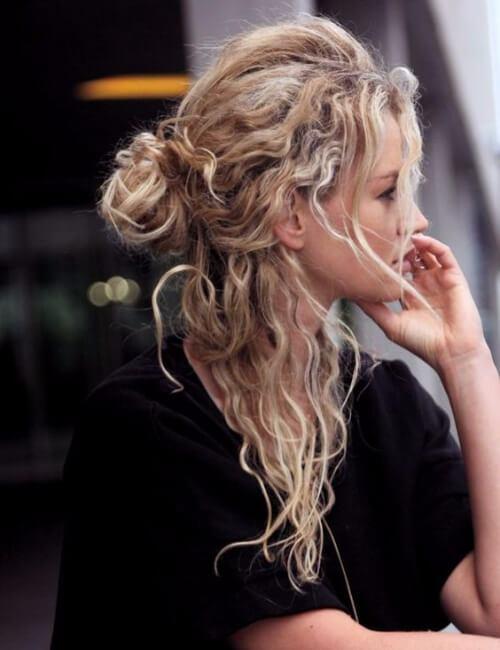 peinados para pelo rizado desordenado medio bollo