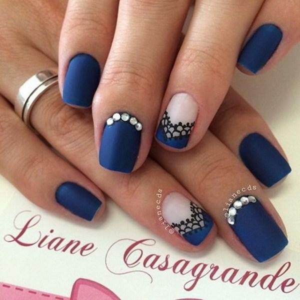 Las uñas de encaje azul mate.