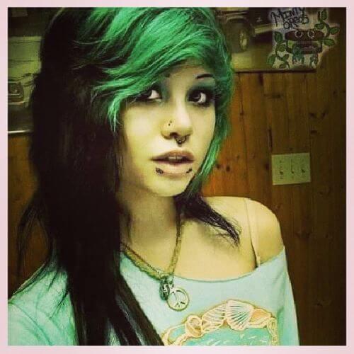 reflejos verdes en peinado de escena de pelo negro