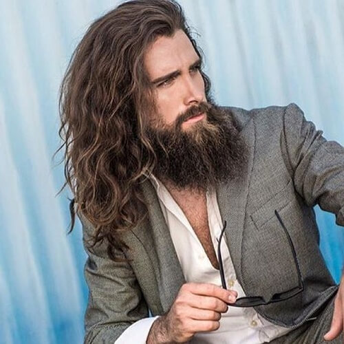 Pelo largo ondulado y barba robusta