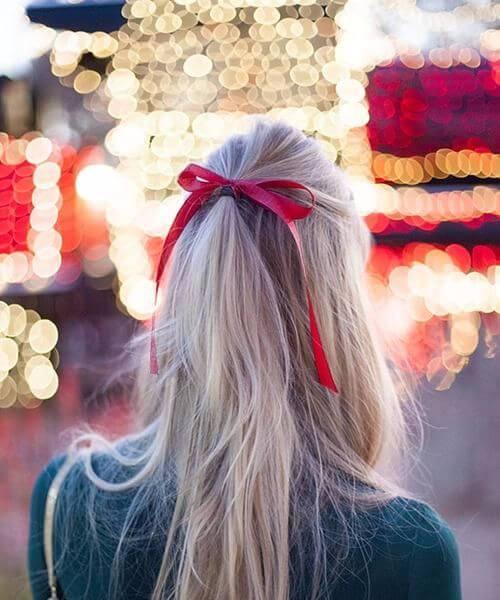 peinados de regreso al hogar de lazo largo pelo rojo
