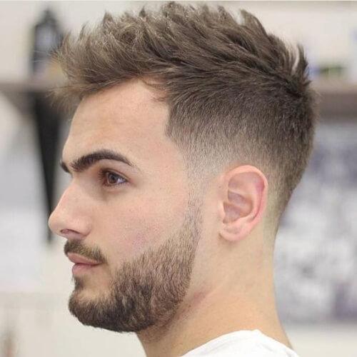 Peinados espigados para hombres con bajo desvanecimiento