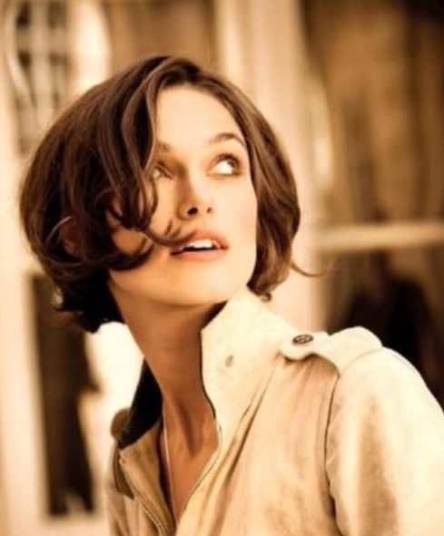 Keira Knightley como Chanel's Coco Mademoiselle peinados cortos para cabello grueso