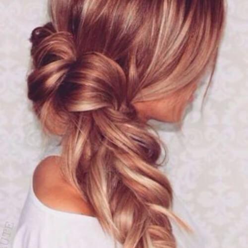 trenzado de cabello rubio fresa