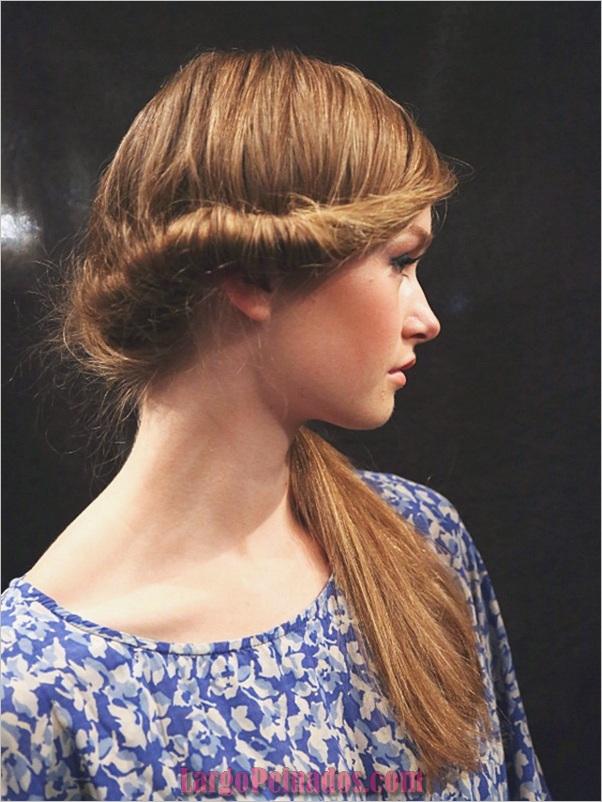 Atractivos peinados laterales de cola de caballo para niñas (26)