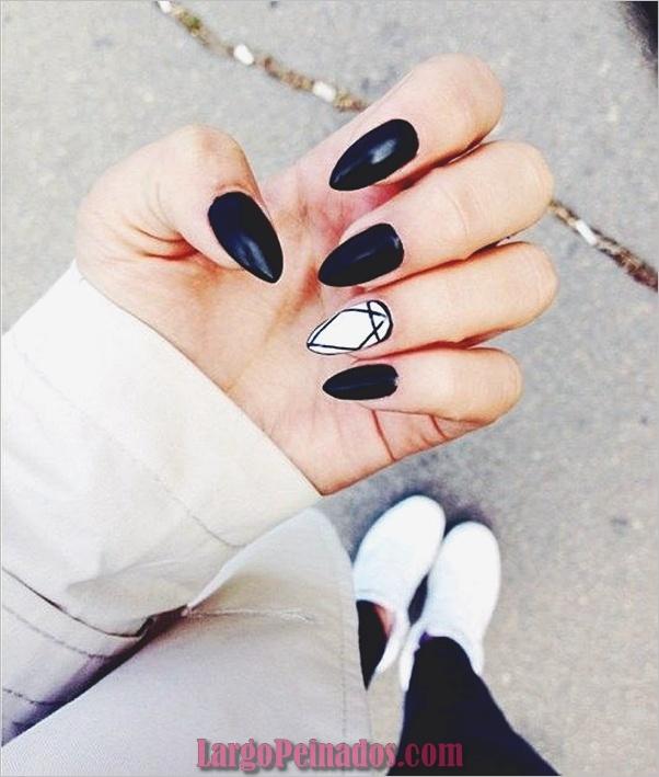 Diseños de uñas en blanco y negro (35)